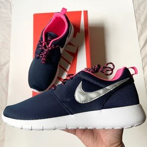 Nike Roshe One size 7Y / 8.5 women's